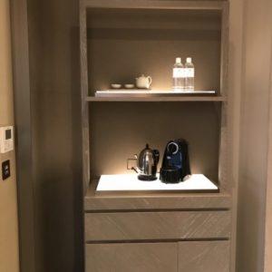 グランドメイフルホテルの部屋の中にある棚。