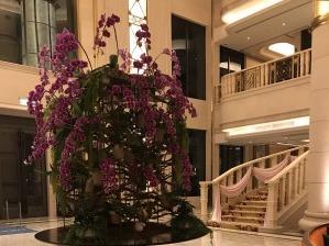 綺麗な花が中央にある、グランドメイフルホテルのエントランス。