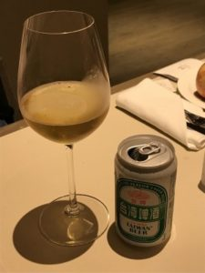 台湾ビールをグラスに入れている写真。