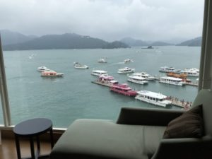 台湾SPAホテルの大きなガラス窓の側にあるソファーと、日月潭の景色