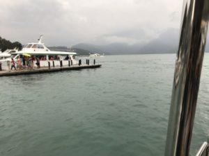 日月潭を船から撮った写真②
