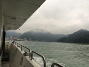 日月潭を船から撮った写真①