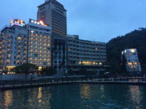 日月潭とその周辺ホテルの写真。