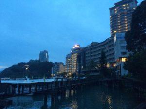 日月潭とその周辺ホテルなどの写真。