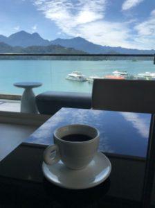 台湾SPAホテルからの日月潭の眺めとコーヒーの写真。