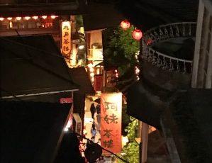 台湾九份にて、夜の街の写真