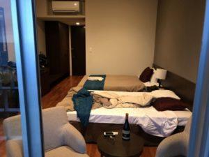 ホテルベランダから撮った室内
