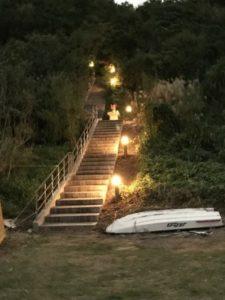 ホテル外の街灯が灯る階段