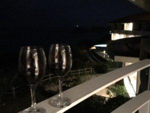 ホテル浜比嘉リゾートで夜にベランダに並べたワイングラス