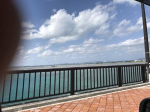 車内から写した海中道路の海