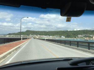 沖縄の浜比嘉島、海中道路を渡っている車からの写真